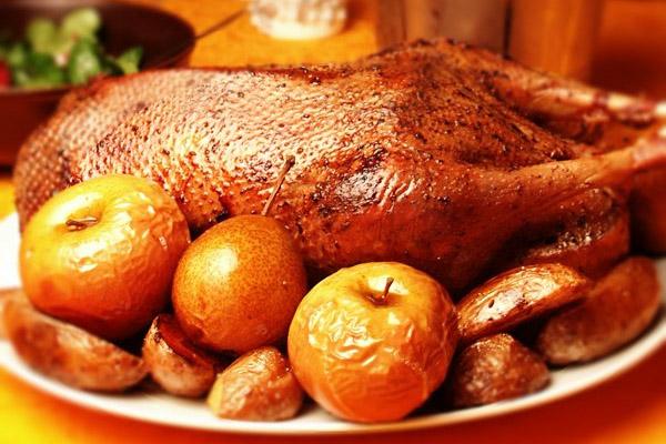 Рецепт гуся запеченного в духовке с яблоками в рукаве