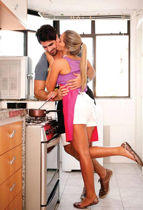Двое с половиной мужчин блондинка на кухне