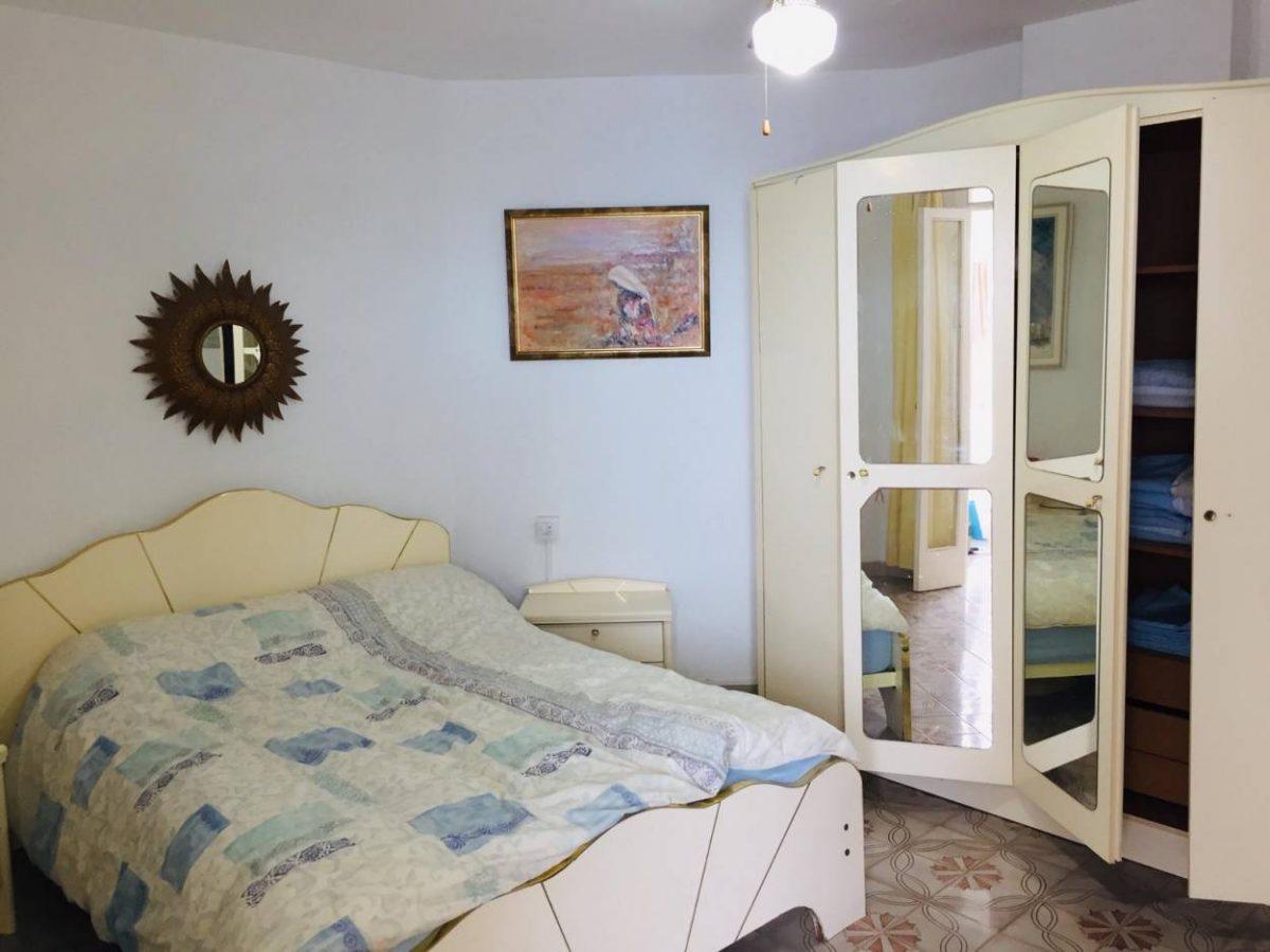 Уютная квартира с видом на океан в Los Silos спальня с мебелью