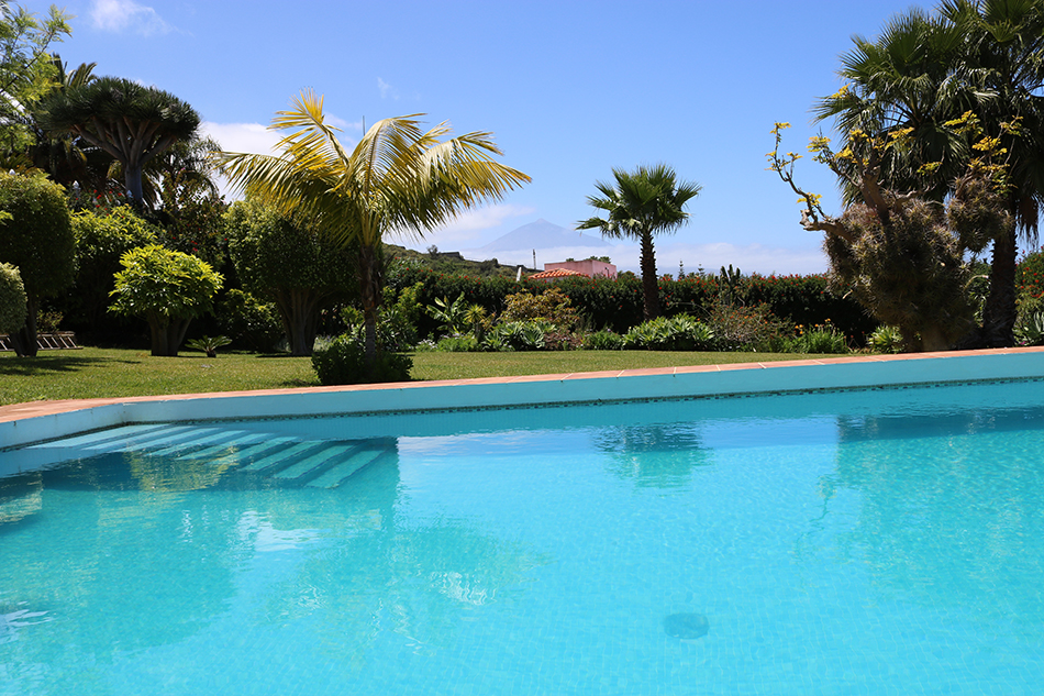 Вилла с частным бассейном и садом в Sauzal